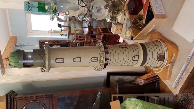 90cm hoher Leuchtturm von Warnemünde Metall mit Licht, das Licht dreht sich wie in wirklichkeit auch, es ist ein EIgenbau aus den 1950 er Jahren und er sieht recht schön aus und er braucht einen neuen Platz wo man ihn gut sieht