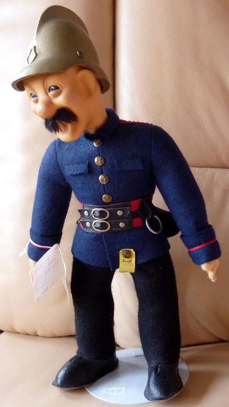 sehr gut erhaltene Puppe Marke Steiff:  Feuerwehrmann, Werbung für Ziegler, Giengen