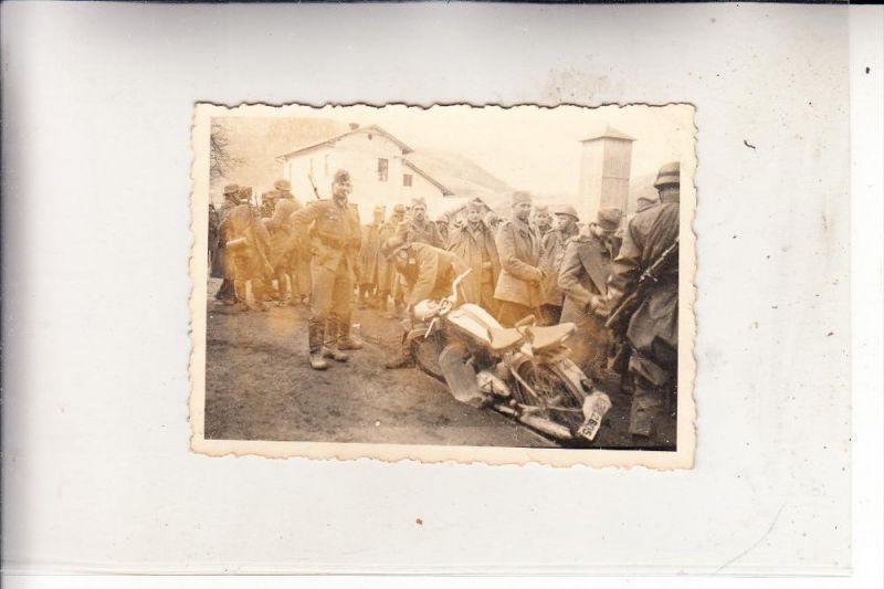 HR 10000 ZAGREB / AGRAM, 2. Weltkrieg, deutsche Soldaten April 1941 vor Agram, Photo 6,2 x 8,7 cm