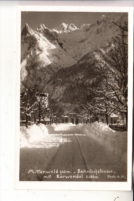 8102 MITTENWALD, Bahnhofstrasse im Winter, rücks. kl. Klebereste