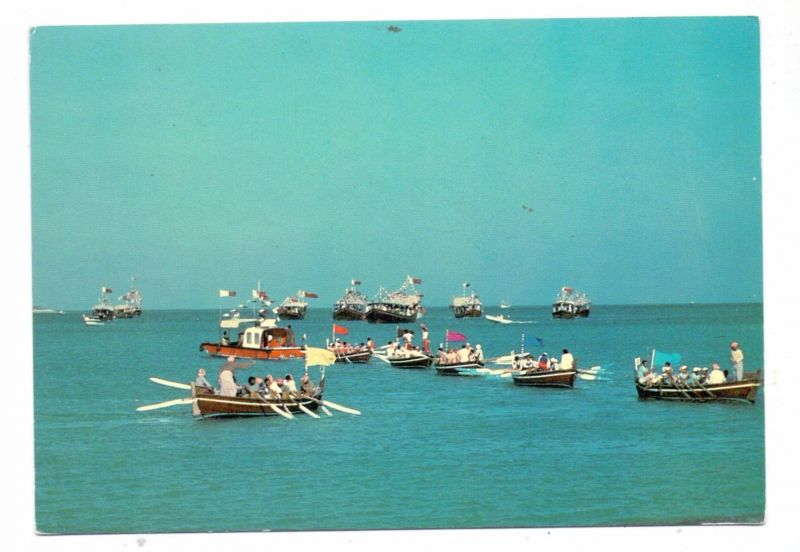 BAHRAIN - Race of traditinal boats / rowing