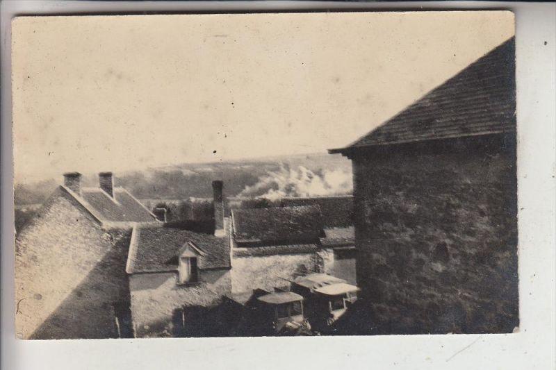 MILITÄR - 1.Weltkrieg, Explosionvor der Ortschaft, deutsche Militär-LKW, Westfront, Photo-AK