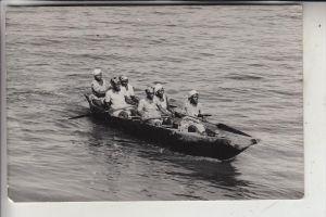 KAMERUN - BOTA ISLAND - Women row to market