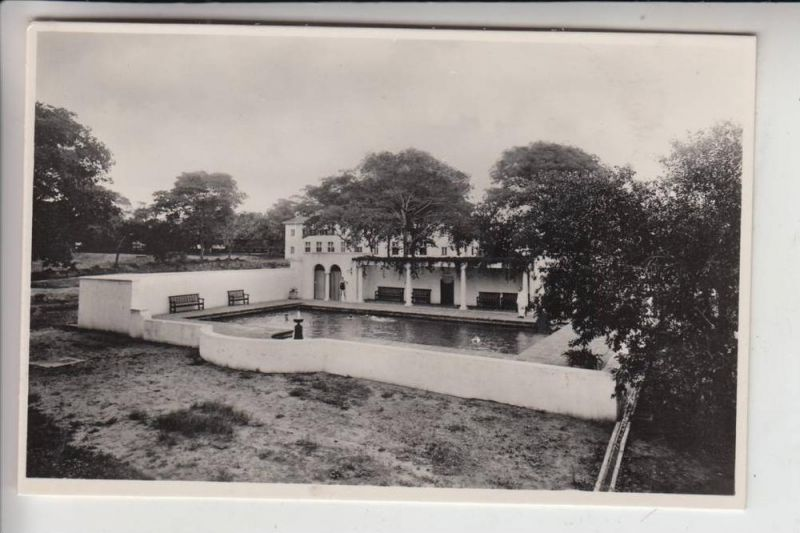 SIMBABWE / RHODESIEN, Victoria Falls Hotel, The Swimming Pool in the grounds