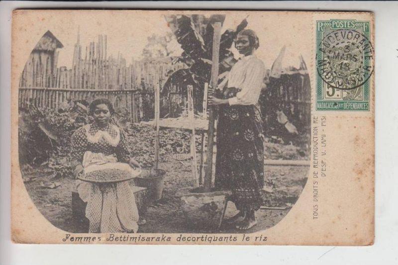 MADAGASCAR - Femme Bettimisaraka decortiquants le riz, 1913
