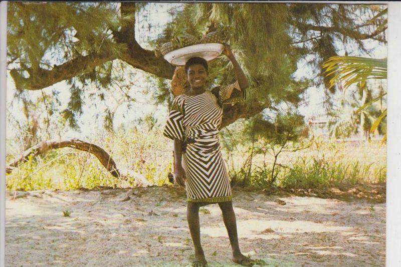 NIGERIA - LAGOS, Pineapple vendor at the beach, Ananasverkäufer