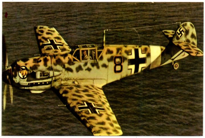 Jagdflugzeug ME 109 in Tarnlackierung über dem Meer (Reprint eines alten Fotos als Postkarte)