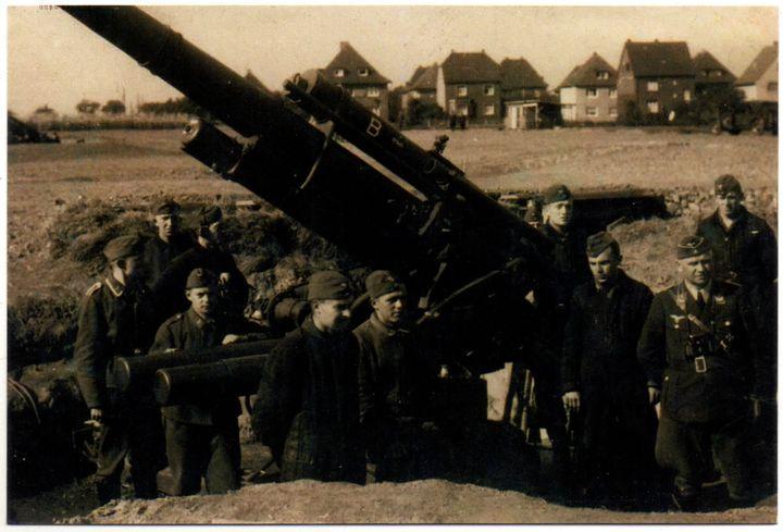 Bedienungsmannschaft einer 8,8 cm-Flak am Rand von Dorsten 1943 (Reprint eines alten Fotos als Postkarte)