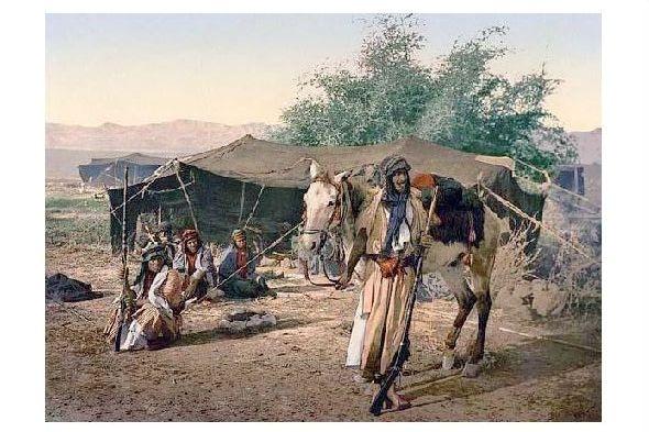 Altes Photochrome-Farbfoto Beduinengruppe vor ihrem Zelt (Neudruck als Postkarte)