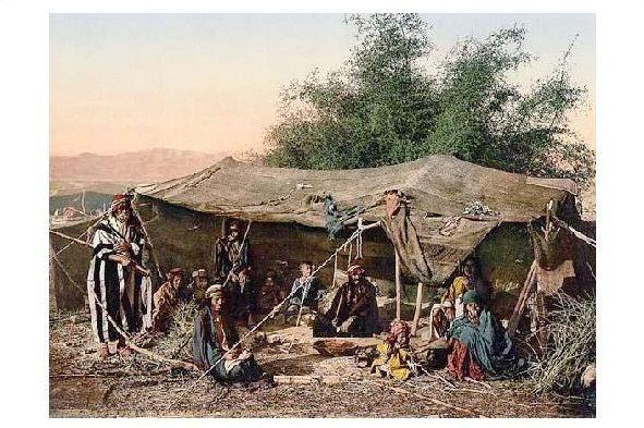 Altes Photochrome-Farbfoto Beduinenfamilie in ihrem Zelt (Neudruck als Postkarte)