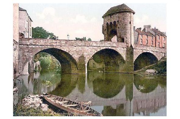 Altes Photochrome-Farbfoto Brücke über den Monnow in Monmouth (Neudruck als Postkarte)