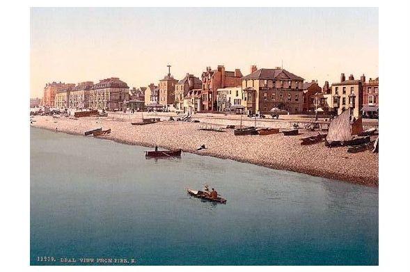 Altes Photochrome-Farbfoto Strand von Deal mit Teilansicht Stadt (Neudruck als Postkarte)