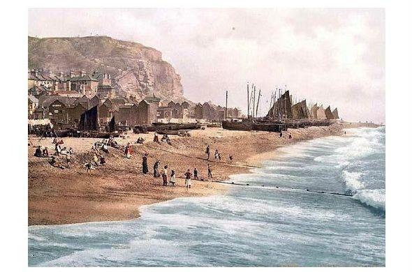 Altes Photochrome-Farbfoto East Cliff mit Strand und Firschmarkt in Hastings (Neudruck als Postkarte)