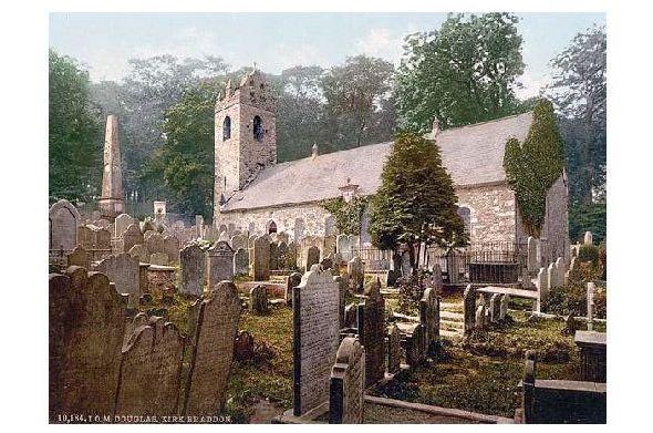 Altes Photochrome-Farbfoto Kirk Braddan mit Friedhof in Douglas auf der Insel Man (Neudruck als Postkarte)
