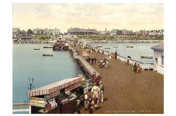Altes Photochrome-Farbfoto Seebrücke von Clacton on Sea mitTeilansicht der Stadt (Neudruck als Postkarte)