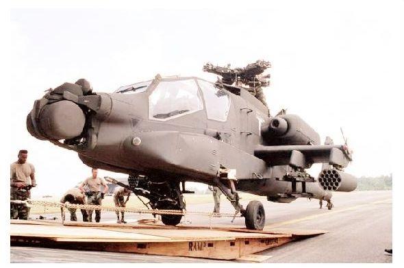 Farbfoto Apache Kampfhubschrauber vor Verladung in Flugzeug (Neudruck als Postkarte)