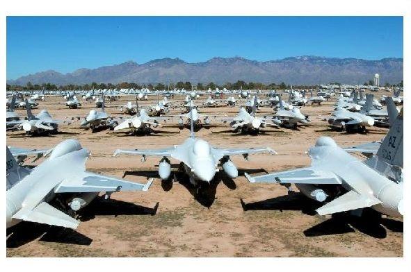 Farbfoto F-16-Jets in Tucson auf einem Flugzeug-Friedhof der US-Armee (Neudruck als Postkarte)