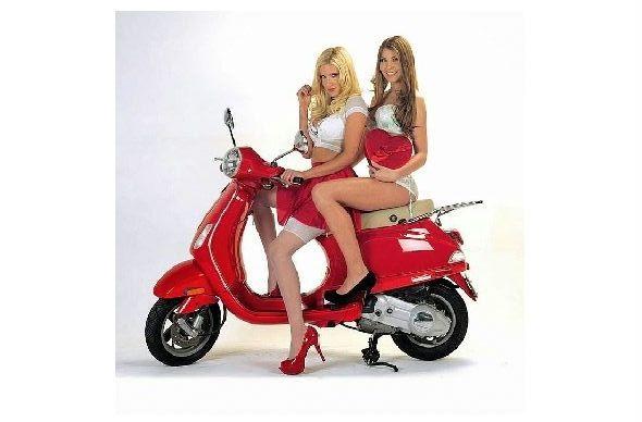 Farbfoto 2 leicht bekleidete Girls auf einer Vespa (Neudruck als Postkarte)