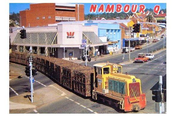 Farbfoto-AK Schmalspurbahn mit Zuckerrohr fährt durch Nambour in Queensland (Neudruck als Postkarte)