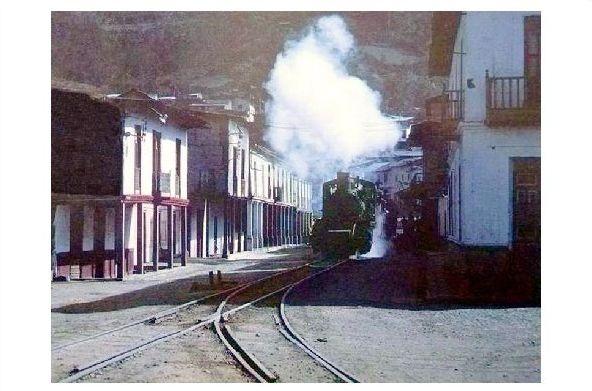 Farbfoto Dampflok fährt durch Alausi in Ecuador (Neudruck als Postkarte)