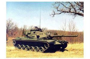 Farbfoto Kampfpanzer M 60 am Rand von Buschgelände (Neudruck als Postkarte)