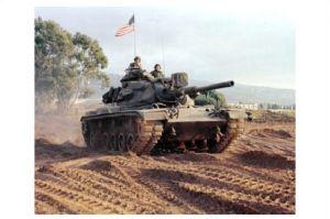 Farbfoto Kampfpanzer M 60 auf einem Übungsgelände (Neudruck als Postkarte)