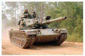 Farbfoto Kampfpanzer M 60 auf einem Waldweg (Neudruck als Postkarte)