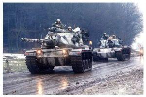 Farbfoto 2 Kampfpanzer M 60 auf einer Straße am Wald (Neudruck als Postkarte)