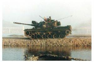 Farbfoto Kampfpanzer M 60 fährt entlang eines Gewässers (Neudruck als Postkarte)