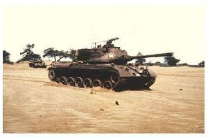 Farbfoto Kampfpanzer M 47 bei Übung im Gelände (Neudruck als Postkarte)