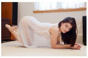 Farbfoto Junge Frau in durchsichtigem Nachthemd kniet auf Boden (Neudruck als Postkarte)