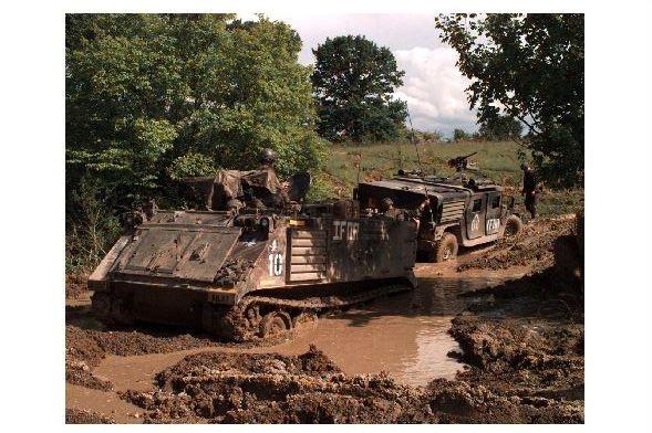 Altes Farbfoto Panzer M 113 zieht Hummer aus dem Schlamm in Bosnien-Herzegowina (Neudruck als Postkarte)