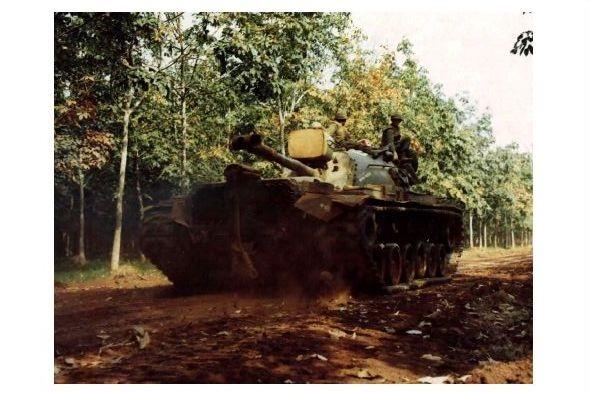 Altes Farbfoto Panzer M 48 Patton fährt durch Kautschukplantage in Vietnam (Neudruck als Postkarte)
