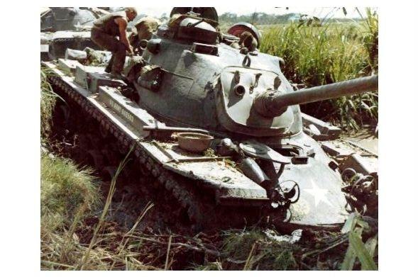 Altes Farbfoto Panzer M 48 Patton hat sich in Schlammloch festgefahren bei Laikhe in Vietnam (Neudruck als Postkarte)