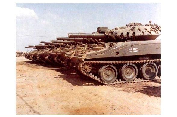 Altes Farbfoto Panzer M 551 Sheridan im Lager bei Cu Chi in Vietnam (Neudruck als Postkarte)