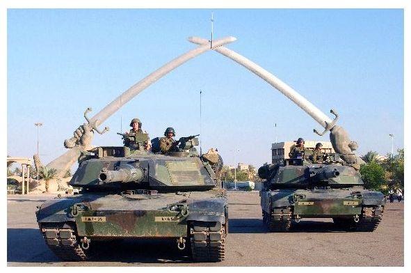 Altes Farbfoto Panzer M 1 Abrams vor Denkmal in Bagdad (Neudruck als Postkarte)