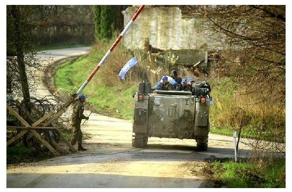 Farbfoto Panzer M 113 der UN-Truppen an Kontrollpunkt bei Sarajevo (Neudruck als Postkarte)