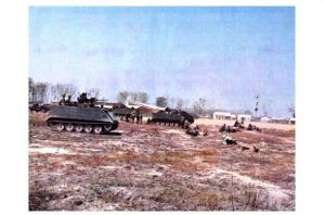 Altes Farbfoto Panzer M 113 bei Angriff in Bien Hoa in Vietnam am 26 February 1969 (Neudruck als Postkarte)