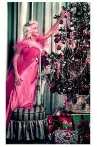 Altes Farbfoto Schauspielerin Jayne Mansfield im Nachtgewand am Weihnachtsbaum (Neudruck als Postkarte)