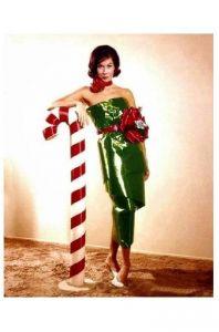 Altes Farbfoto Schauspielerin Mary Tyler Moore steht neben übergroßer Zuckerstange (Neudruck als Postkarte)