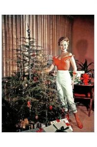 Altes Farbfoto Schauspielerin Mitzi Gaynor steht neben Weihnachtsbaum (Neudruck als Postkarte)