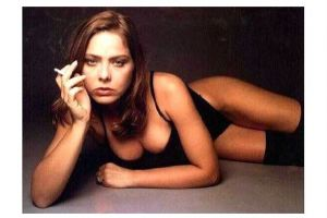 Altes Farbfoto Schauspielerin Ornella Muti liegt in Unterwäsche rauchend auf dem Boden (Neudruck als Postkarte)