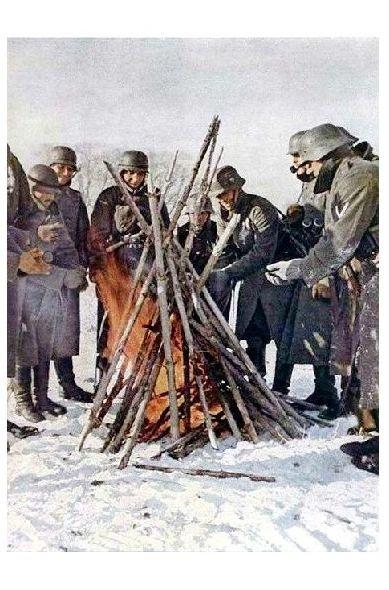 Altes Farbfoto 2. WK Deutsche Soldaten wärmen sich an einem Feuer (Neudruck als Postkarte)