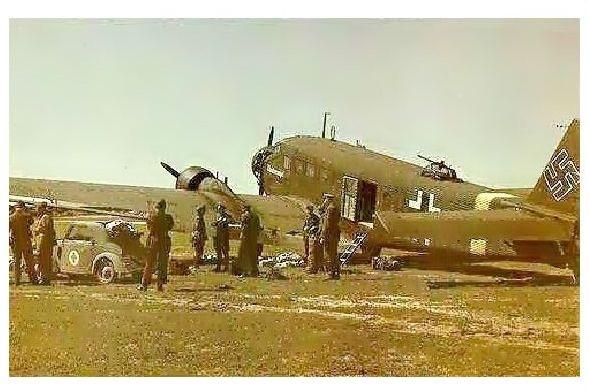 Altes Farbfoto Junkers Ju 52 und Fiat Topolino auf einem Feldflugplatz (Neudruck als Postkarte)