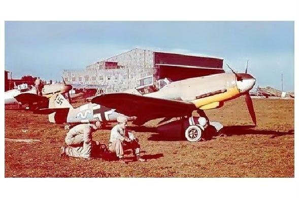Altes Farbfoto Messerschmitt Bf 109 F4 des Jagdgeschwaders 27 auf Flugplatz in Sizilien (Neudruck als Postkarte)