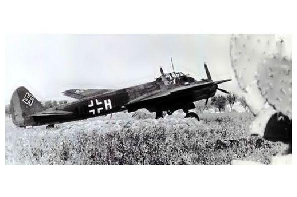 Altes Foto Junkers Ju 88 des Kampfgeschwaders 30 auf einem Feldflugplatz in Sizilien (Neudruck als Postkarte)