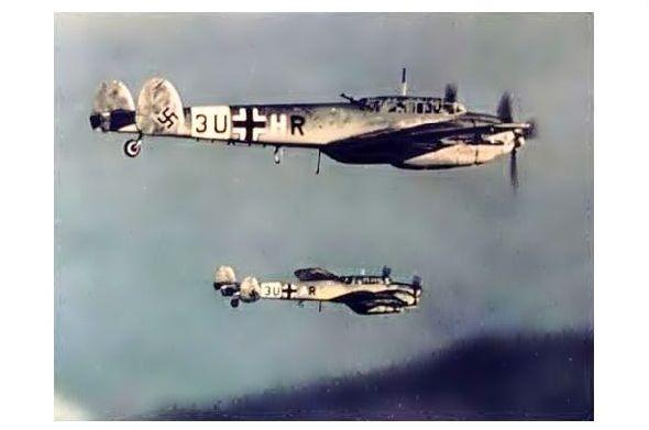 Altes Farbfoto 2 Messerschmitt Bf 110 über dem Meer (Neudruck als Postkarte)