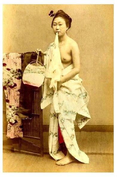 Altes Farbfoto Barbusige Geisha beim anziehen ihrer Kleidung (Neudruck als Postkarte)