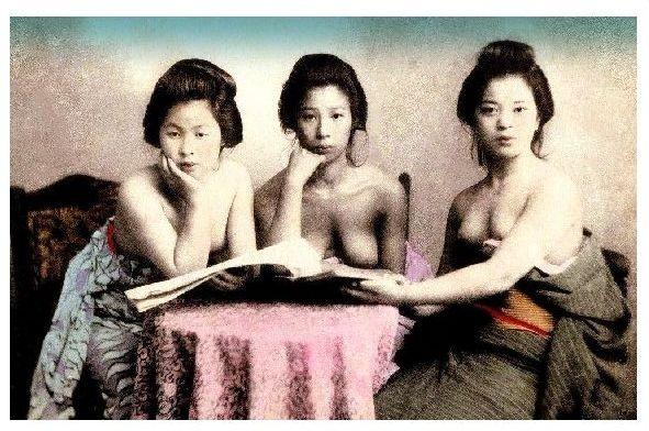 Altes Farbfoto 3 barbusige Geishas sitzen an einem Tisch (Neudruck als Postkarte)
