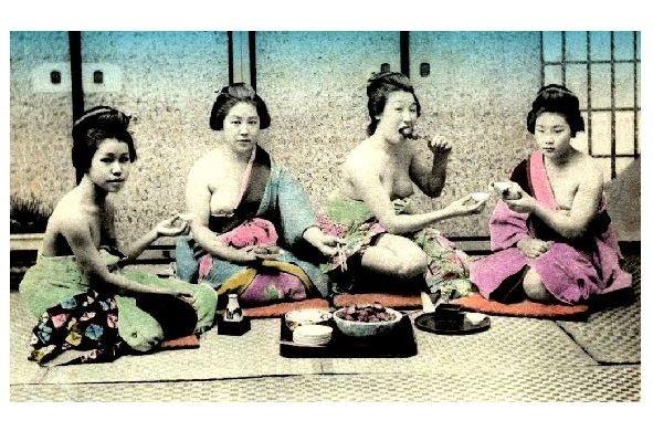 Altes Farbfoto 4 barbusige Geishas beim essen (Neudruck als Postkarte)